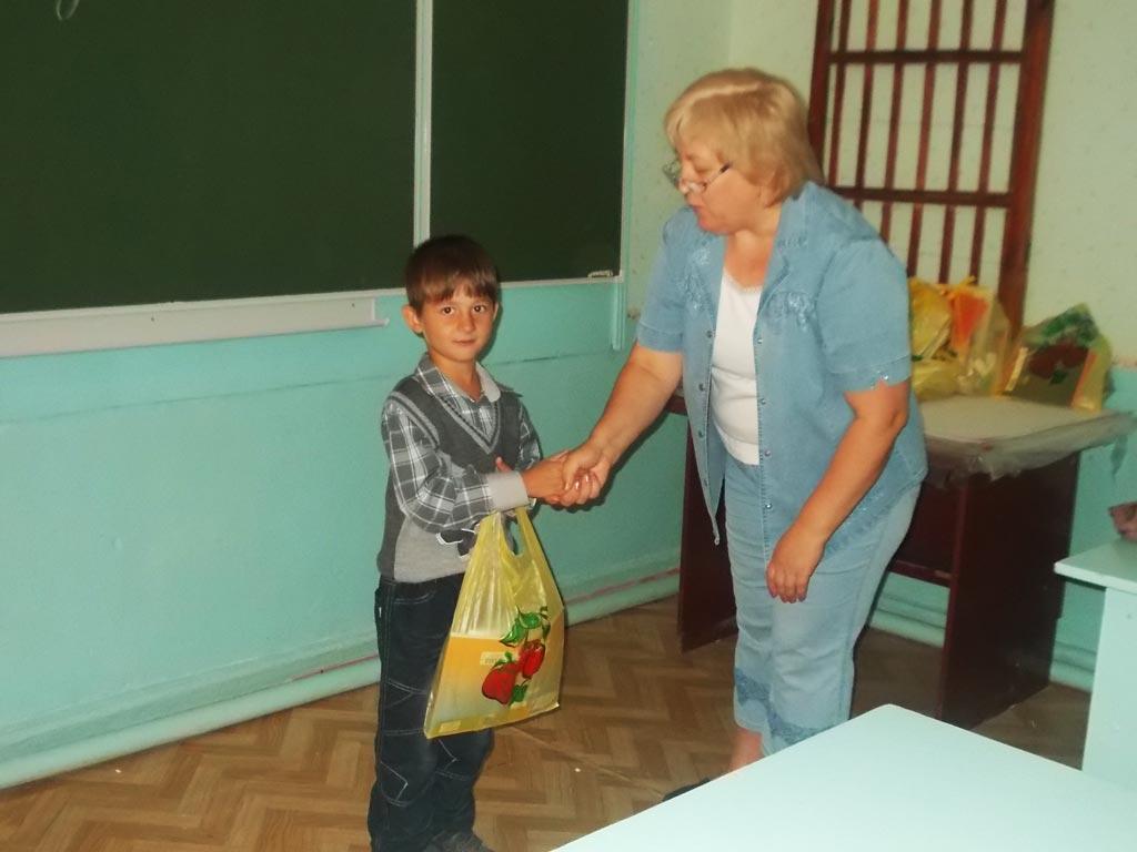 Вручение школьникам канцтоваров и одежды в пос. Ст. Охотничья
