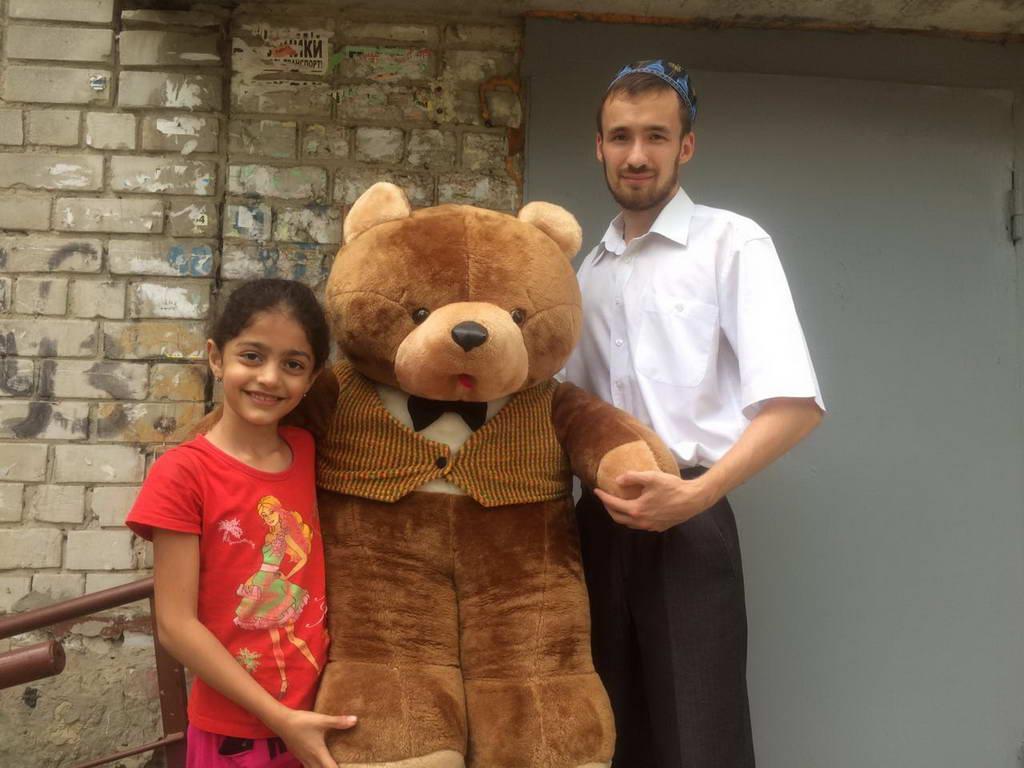 Раздача детям из малообеспеченных семей мягких игрушек