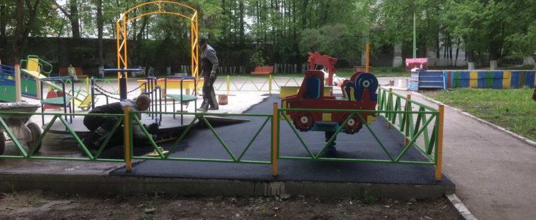 Началось покрытие бетонного основания детской площадки резиновой крошкой